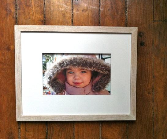 encadrement sur mesure d'une photo avec passe-partout sur rehausse et baguette en bois naturel lazuré