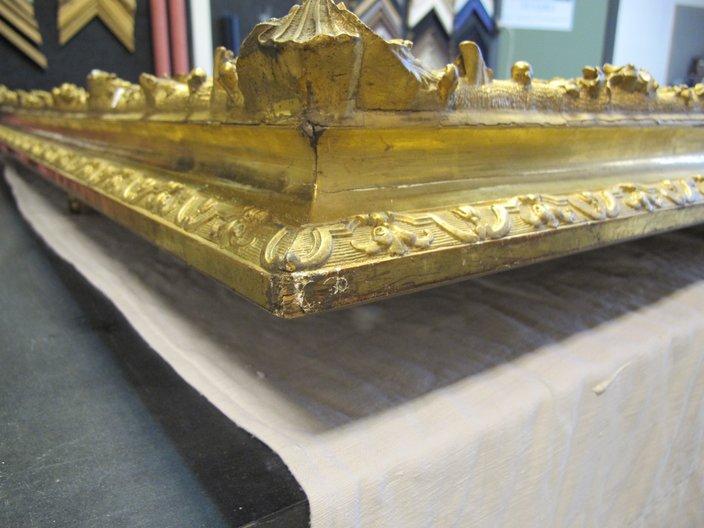 travail de restauration -cadre ancien or