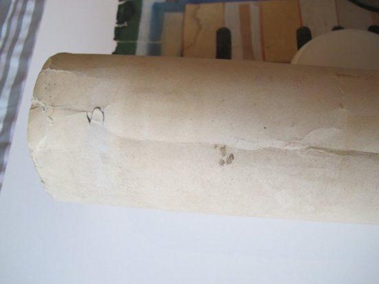 papier sec, cassant et déchiré à cause d'une mauvaise conservation. Trop de chaleur et de source lumineuse. Document en attente de restauration par l'atelier Les Baguettes Magiques à Lyon.