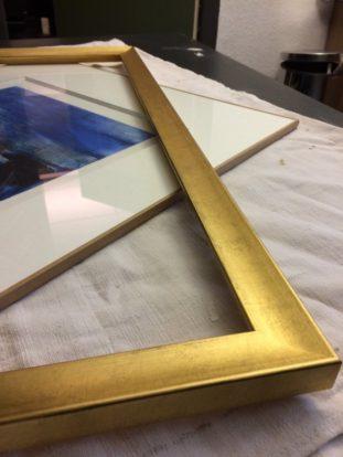 encadrement et restauration lyon  travail en cours d'un encadrement d'une lithographie. Le paquet est terminé et ne reste plus qu'à installer le cadre doré