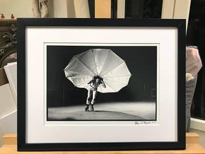 encadrement avec un cadre sur mesure noir et passe-partout blanc d'une série de photos de Peter Moore.